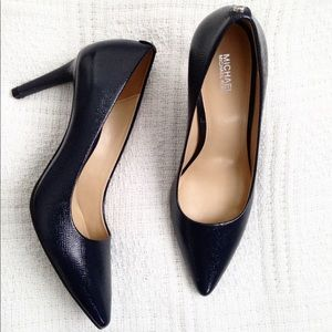Micheal by Michael Kors Navy pumps